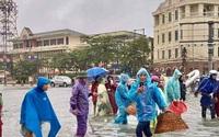 TP. Hà Tĩnh biến thành sông, người dân đổ xô ra đường bắt cá