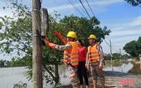 Điện lực Hà Tĩnh đến từng nhà khuyến cáo an toàn sau mưa lũ