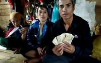 Cái kết bất ngờ của người đàn ông dân tộc nghèo vùng lũ khi nhận được chiếc áo từ thiện bên trong có 10 triệu đồng