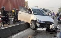 """Ô tô nổ lốp tông nhiều khối bê tông phân cách """"bay"""" vào 2 xe máy"""