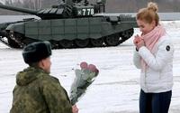 Quân nhân Nga xếp xe tăng hình tim để cầu hôn