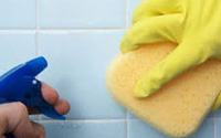 Nhà tắm sạch bong, bồn cầu, vòi hoa sen hết cặn bẩn chỉ sau 15 phút nhờ 1 chai giấm