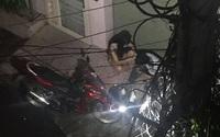 Cặp đôi lúi húi ngồi trước cửa nhà cô gái nửa đêm, hành động của họ khiến người chứng kiến bất ngờ