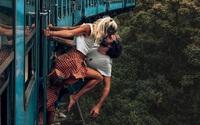Blogger bị chỉ trích vì đu mỏm đá, vươn người khi tàu chạy để chụp ảnh