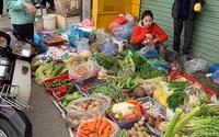 Chợ mùng 5 Tết, rau quả tăng giá gấp 4, rau muống 40 ngàn/mớ