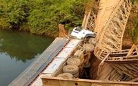 Xe tải làm sập cầu sắt, rơi xuống suối vì tài xế... lạc đường