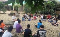 """Hình ảnh thầy giáo mặc quần short ngồi trên tảng đá trong một khu vườn với bài giảng lạ lùng ở ngôi trường """"chẳng giống ai"""""""