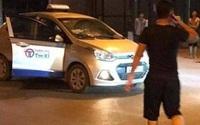 Va chạm với xe taxi, người đàn ông bất ngờ rút dao đâm khách đi taxi tử vong