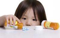 Bé trai 18 tháng ngộ độc vì ngỡ thuốc là nước ngọt