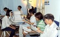 Khám mắt miễn phí cho bệnh nhân nặng
