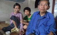 Cụ ông 80 tuổi gồng mình nuôi vợ liệt, cháu nhỏ