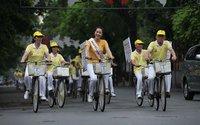 Hoa hậu Ngô Phương Lan khỏe khoắn đạp xe trong sáng hè Hà Nội