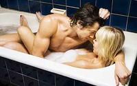 """""""Yêu"""" trong bồn tắm để tránh có thai?"""