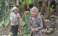 Rớt nước mắt mẹ già 95 tuổi tuốt lá chuối nuôi con bệnh tật