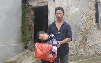 Bố cậu bé vẹo vọ xứ Nghệ nghẹn ngào trước tấm chân tình của độc giả