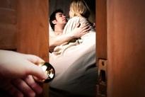 """Lộ chuyện chồng nhiệt tình rình…trộm đêm """"giúp"""" cô hàng xóm"""