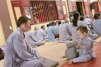 Con trai Ly 'Kute' nghe giảng đạo và gõ mõ trong chùa