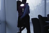 Tôi bế tắc trong quan hệ với chị đồng nghiệp vắng chồng