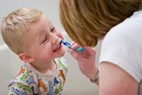 Chăm sóc răng miệng đúng cách cho trẻ