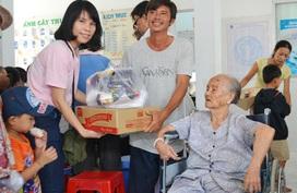 TP.HCM: 300 hộ nghèo xã đảo Thạnh An được khám miễn phí và tặng quà