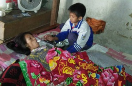 Bố mất, mẹ liệt giường, 2 con thơ tương lai mịt mù