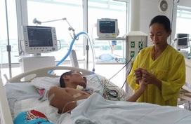 Chàng trai nghèo bị máy xúc cào nát vai, gẫy cột sống cần tiền phẫu thuật