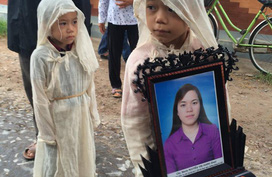 Ám ảnh màu trắng khăn tang của 3 bé thơ khi bố chết vì tai nạn, mẹ mất do bệnh ung thư