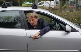 Mở cửa ôtô 'kiểu Hà Lan' để tránh gây tai nạn cho xe máy