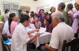 Khám sức khoẻ, cấp thuốc miễn phí cho gần 1.000 người dân ở Cẩm Khê, Phú Thọ