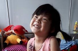 Nụ cười đã nở trên môi bé gái bị bỏng nặng vì sự bất cẩn của mẹ