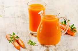 Nên uống mấy cốc nước ép cà rốt một ngày?