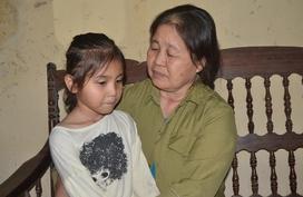Tột cùng nỗi đau, bà ngoại bị ung thư vẫn gắng gượng nuôi cô bé 6 tuổi mồ côi cả cha lẫn mẹ