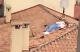 Cặp nam nữ quấn chăn 'hành sự' trên mái nhà