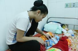 Bé gái sinh non với ruột nằm ngoài ổ bụng