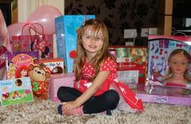 3 lý do không nên cho trẻ bóc quà ngay trong tiệc sinh nhật