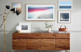 TV dùng khung gỗ như tranh treo tường