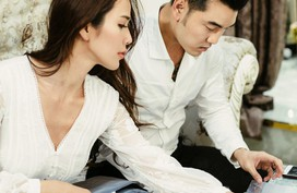 Ưng Hoàng Phúc - Kim Cương tỉ mỉ chuẩn bị thiệp cưới cho ngày trọng đại vào 1/12 tới