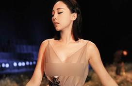 Bị so sánh sỗ sàng khi mặc váy hở bạo, Tóc Tiên cũng không ngại đối đáp