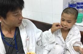 Nguy cơ cụt chân của cậu bé dân tộc không tiền phẫu thuật