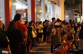 Xếp hàng nửa giờ mua sữa trân châu đường đen ở vỉa hè Sài Gòn