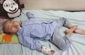 Bé gái 3 tuổi mắc bệnh u não hàng ngày oằn mình chống chịu cơn đau
