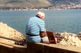 Khắc khoải về người vợ đã mất, cụ ông 72 tuổi ôm di ảnh ra biển vào mỗi sáng suốt nhiều năm liền