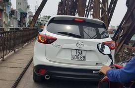 Xế hộp Madaz CX5 bị 'tuýt còi' sau khi băng qua cầu Long Biên