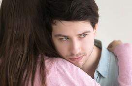 Định làm ầm lên cho người tình của vợ biết mặt, không ngờ ông ta chỉ nói đúng điều này khiến tôi mềm nhũn và lại khúm núm