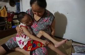 Vụ cháy kinh hoàng gần Bệnh viện Nhi Trung ương: Nghị lực phi thường của người mẹ già cứu đứa con nuôi tật nguyền