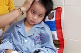 Xót xa bé 8 tuổi mất dần ánh sáng vì u não, bố mẹ không có tiền chạy chữa
