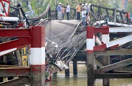 Nhiều cây cầu có nguy cơ… sập