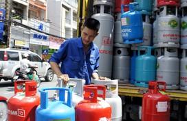 Chuyên gia lý giải về nghịch lý giá xăng giảm, giá gas tăng