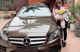 Chân dung mẹ bỉm sữa được chồng tặng quà 8/3 là chiếc Mercedes 2,5 tỷ