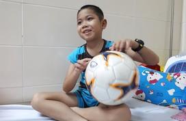 Cậu bé dân tộc 9 tuổi mắc u não khát khao được đá bóng như cầu thủ Quang Hải